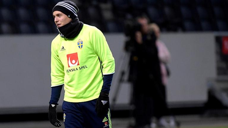 Victor Nilsson Lindelöf i aktion under det första träningspasset inför fredagens viktiga VM-playoff mot Italien.