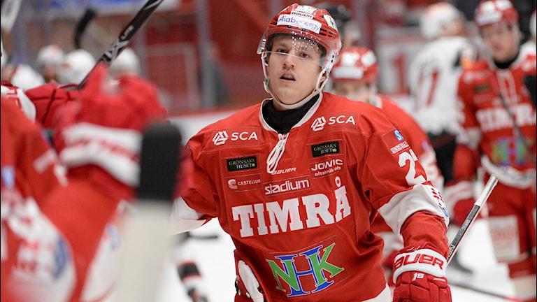 TIMRÅ 20190309 Timrås Johannes Kinnvall efter att han gjort 1-0 under lördagens ishockeymatch i SHL mellan Timrå IK och IF Malmö Redhawks i NHK Arena. Foto: Erik Mårtensson / TT