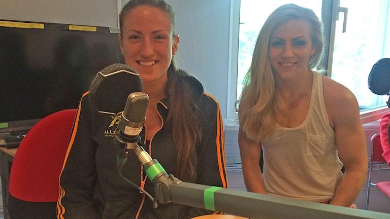 Världsmästarna i thaiboxning, Bea Malecki (t.v.) och Sofia Olofsson gästade Sportextra-studion på tisdagskvällen.