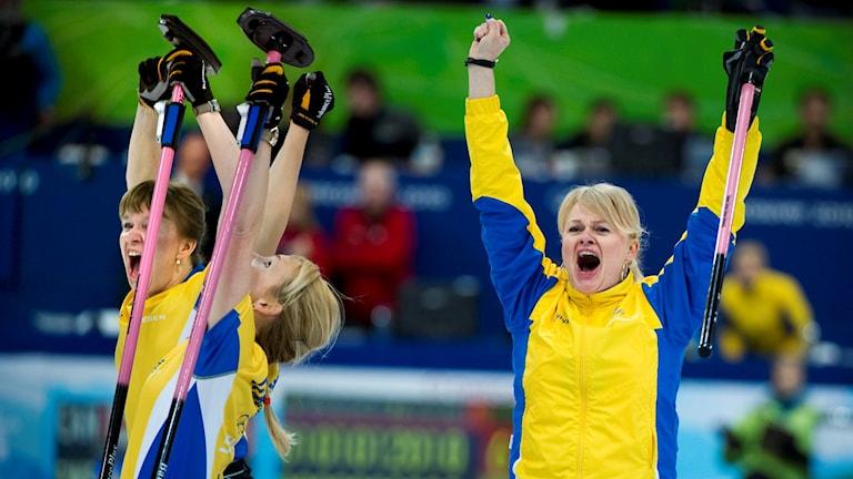 OS 2010 Svenska curlingdamerna jublar OS-guld, bland annat Anette Norberg. Foto: Claudio Bresciani / TT