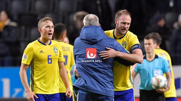 Andreas Granqvist kramas om av förbundskapten Janne Andersson.