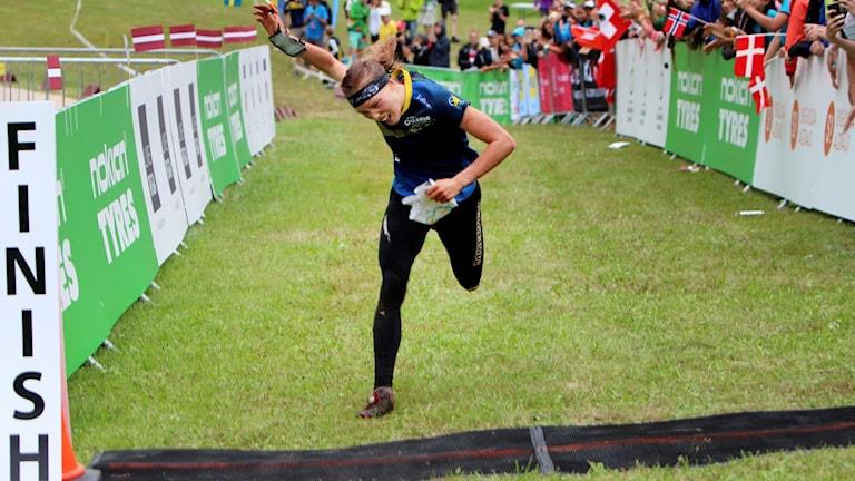 Tove Alexandersson vann damernas långdistans vid VM i orientering i Lettland.