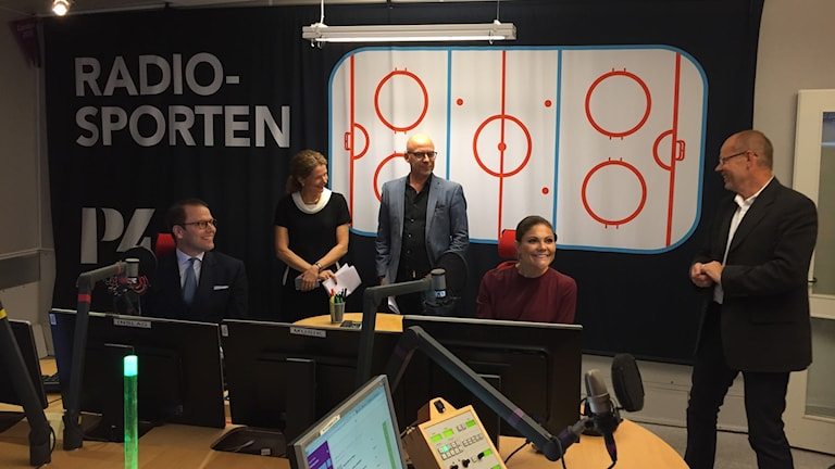 Programledaren Dag Malmqvist förklarar för Kronprinsessparet hur en sändning går till.