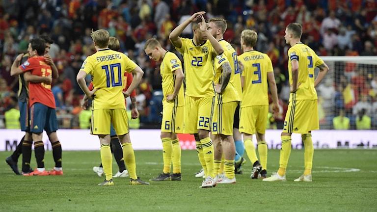 Det svenska herrlandslaget deppar efter 3-0-förlust mot Spanien i EM-kvalmatch.