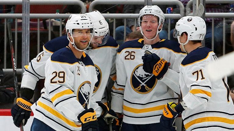 Rasmus Dahlin (#26) firar sitt första NHL-mål.