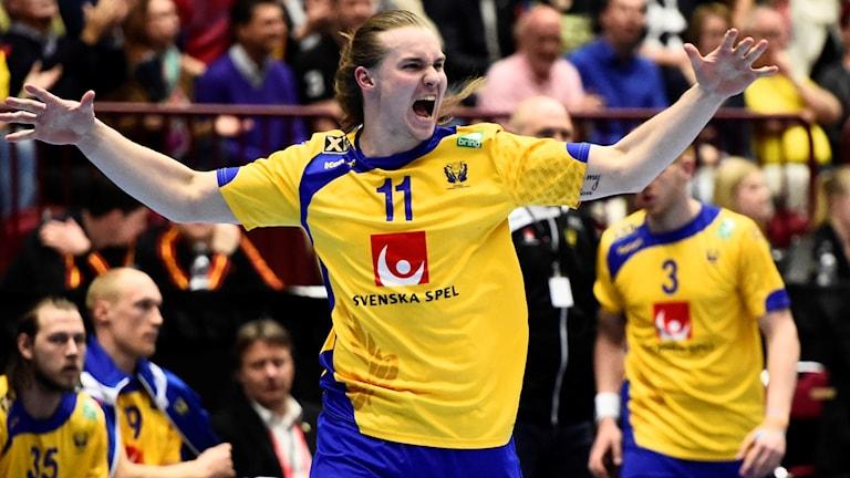 Handbollsspelaren Lukas Nilsson jublar.