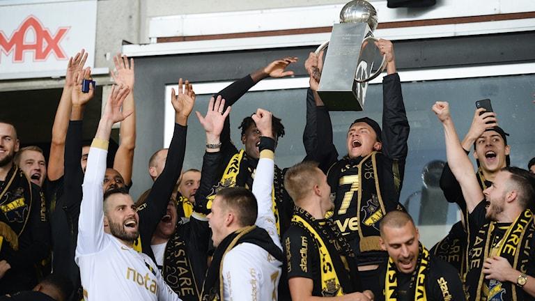 AIK firar med pokalen vid prisutdelningen efter söndagens fotbollsmatch i allsvenskan mellan Kalmar FF och AIK på Guldfågeln Arena. AIK tog SM-guldet i fotboll efter 10-seger mot Kalmar FF i sista omgången.