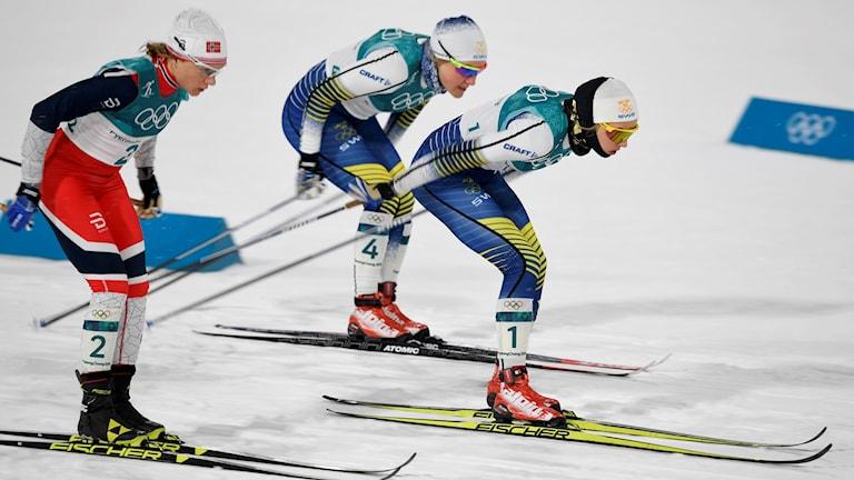 PYEONGCHANG 2018-02-13   Maiken Caspersen Falla NOR, Hanna Falk (#4) och Stina Nilsson SWE i semifinalen i damernas sprint vid vinter-OS i Pyeongchang, Sydkorea.  Foto Anders Wiklund / TT