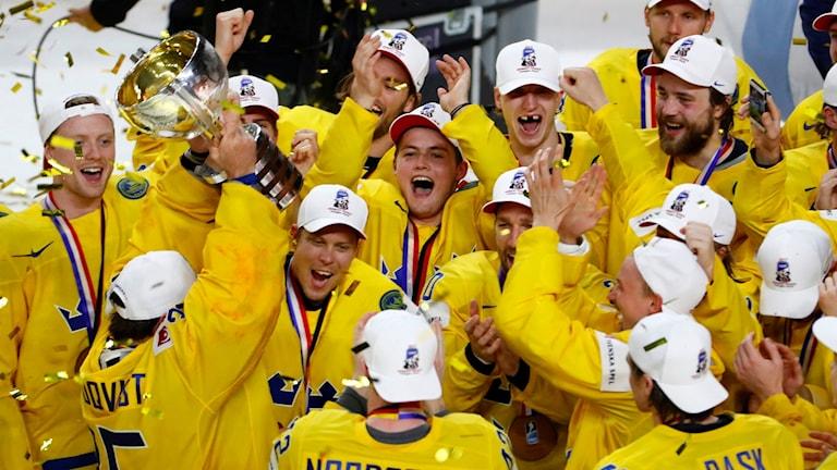 Tre Kronor jublar efter VM-guldet.