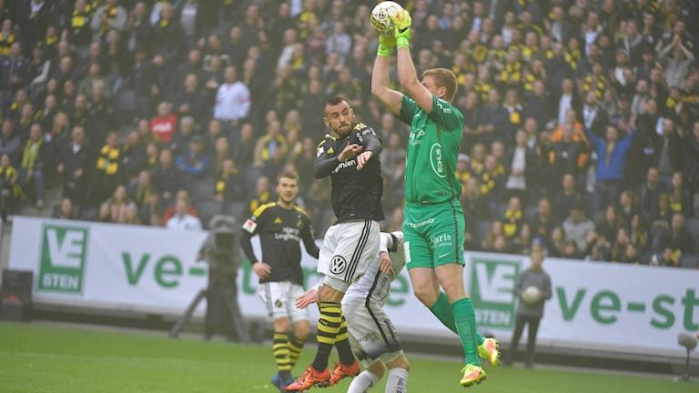 AIK:s Sulejman Krpic och Häckens målvakt Christoffer Källqvist under söndagens allsvenska match mellan AIK och Häcken på Friends Arena.