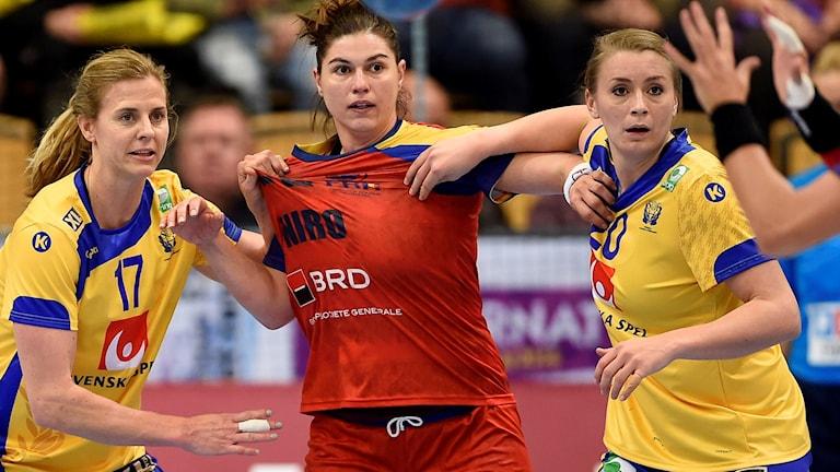 Linnea Torstenson och Isabelle Gulldén under en landskamp 2015.