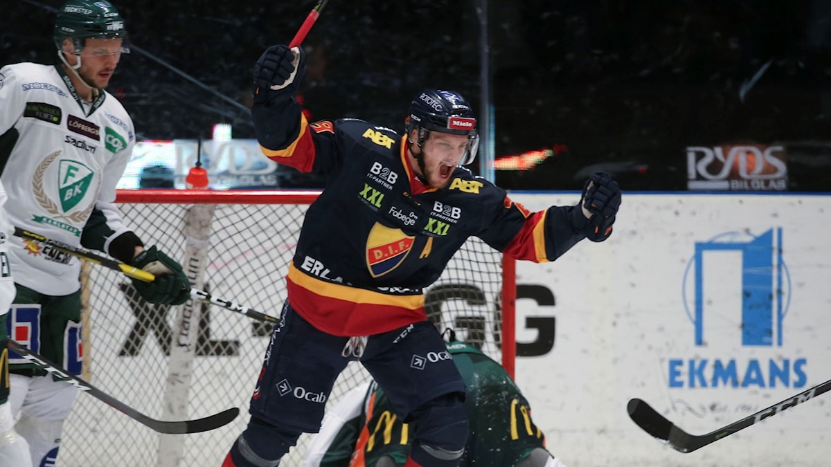 Djurgårdems Sebastian Strandberg under fredagens ishockeymatch i SHL i SM-slutspelet semifinal 4 av bäst av 7 mellan Djurgårdens IF och Färjestad BK på Hovet arena.