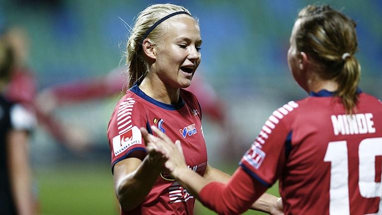 Linköpings Pernille Harder gör 0-2 till sitt lag och grattasav Kristine Minde när Kopparbergs/Göteborg FC mötte Linköping FC på Valhalla arena under onsdagen i Göteborg.