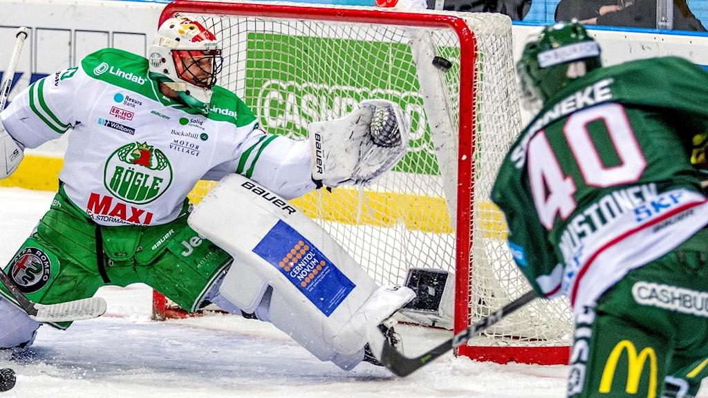 GÖTEBORG 20171221 Frölundas Joel Mustonen gör 1-0 bakom Rögles målvakt Justin Pogge under torsdagens ishockeymatch i SHL mellan Frölunda HC och Rögle BK i Scandinavium. Foto: Adam Ihse / TT