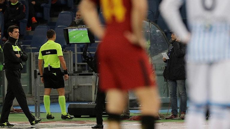 Domare i italienska ligan utnyttjar den nya domartekniken.
