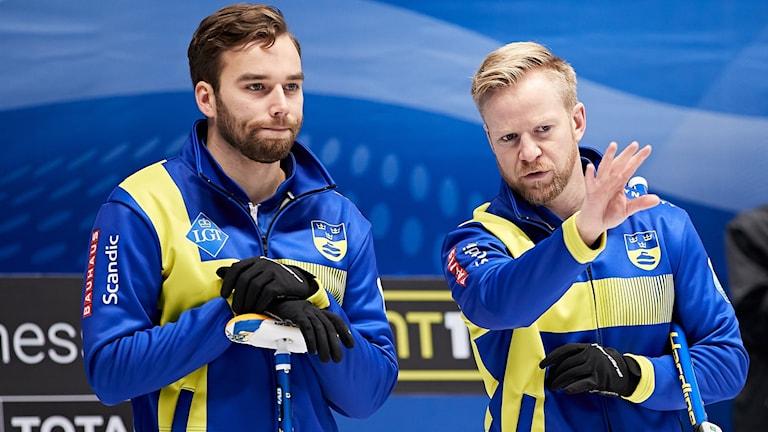 Sveriges Oskar Eriksson och Niklas Edin under curling-EM 2019.