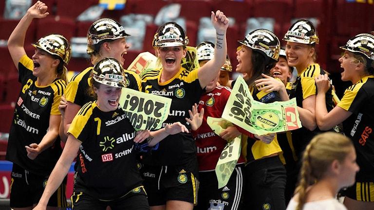MALMÖ 2016-05-22 Sävehof firar SM-guldet efter segern med 27-22 i söndagens SM-final i handboll mellan IK Sävehof och Skuru IK i Malmö Arena.