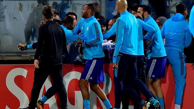 20181102 Patrice Evra sparkar mot fans. Foto: MIGUEL RIOPA/TT