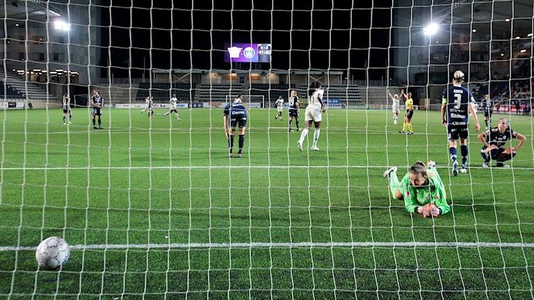 Linköping släpper in ett mål mot PSG.