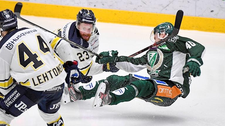 KARLSTAD 20190330 Färjestads Tomi Sallinen får en flygtur under lördagens ishockeymatch i SM-slutspelet, kvartsfinal 5 i bäst av 7, mellan Färjestads BK och HV71 i Löfbergs Arena. Foto: Tommy Pedersen / TT