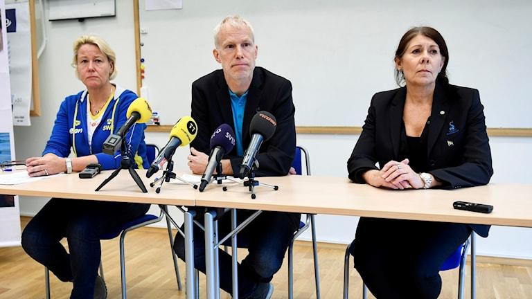 Simlandslagets förbundskapten Ulrika Sandmark (fr v), sportchefen Henrik Forsberg och förbundsordförande Ulla Gustavsson på pressträffen i Stockholm.