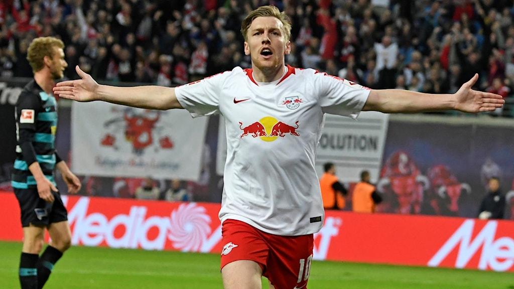 Emil Forsberg jublar efter sitt 1-0-mål.