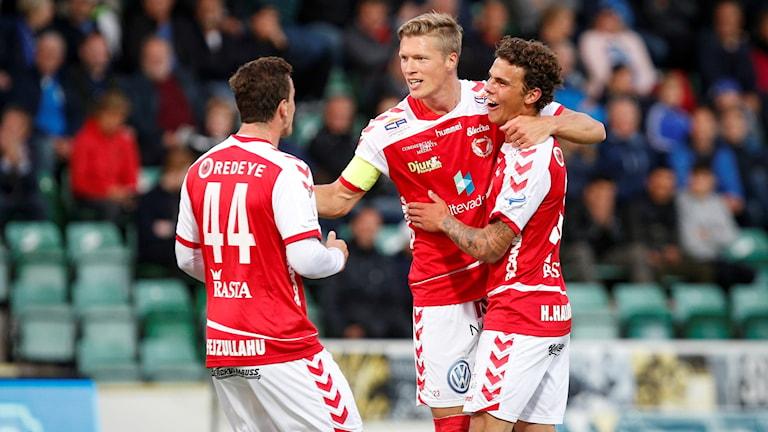Viktor Elm grattas av lagkamraterna efter sitt 3-0-mål.