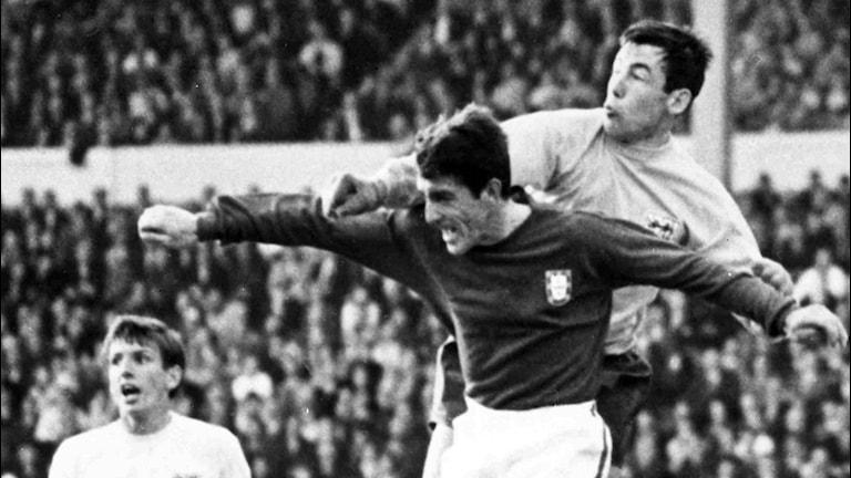 Gordon Banks, till höger, rensar undan bollen under VM 1966.