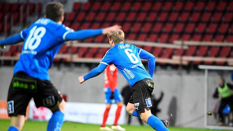 Halmstads Marcus Mathisen och Gabriel Gudmundsson (t.v.) firar ledningsmålet.