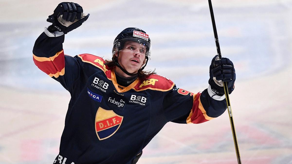 Axel Johnsson Fjällby jublar efter sitt mål.