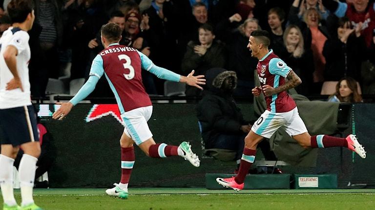West Ham-spelarna firar efter sitt segermål.