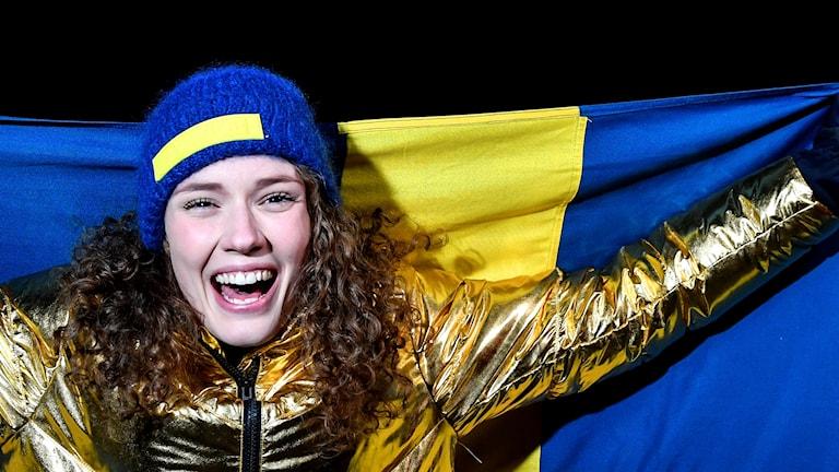 Hanna Öber med Sverigeflagga
