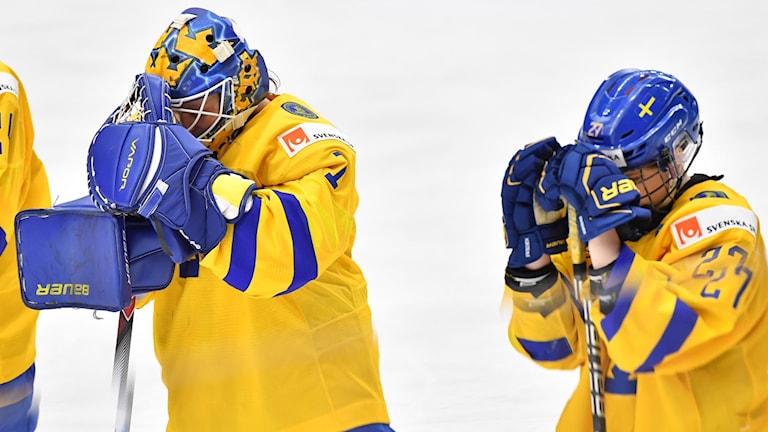 ESBO 20190409 Sverige deppar efter 3-2-förlusten i tisdagens match i ishockey-VM mellan Sverige och Japan i Metro Areena.  Foto Jonas Ekströmer / TT
