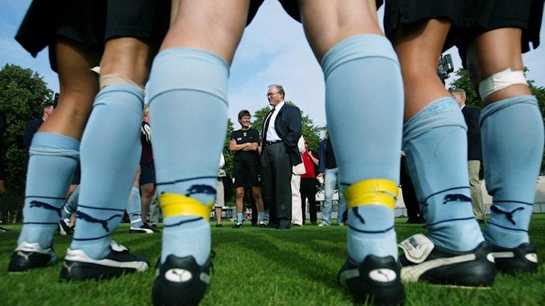 Ljusblå fotbollsstrumpor på kvinnoben.
