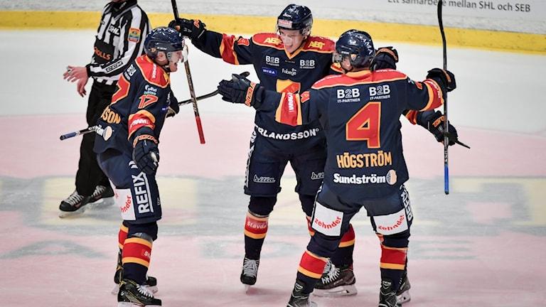 Djurgårdens Lukas Vejdemo (44, mitten) jublar efter sitt 2-1 mål under söndagens ishockeymatch i SHL mellan Djurgårdens IF och Växjö Lakers HC på Hovet, Johanneshov.