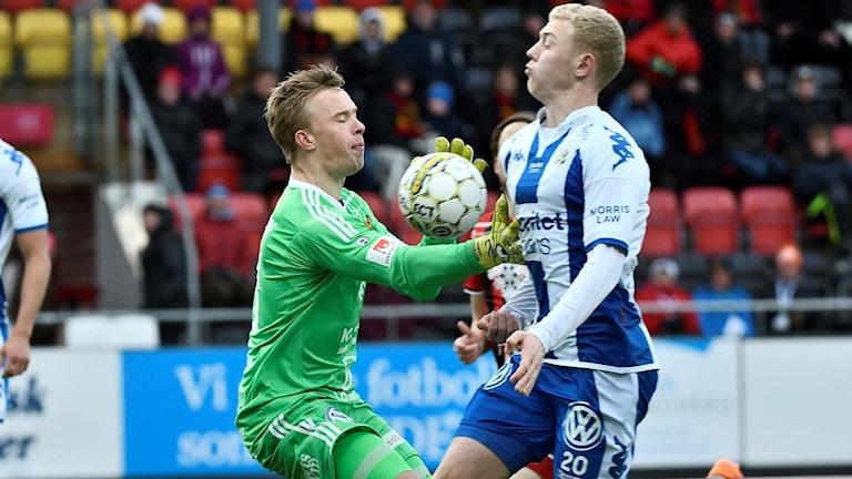 Östersunds Andreas Andersson och Blåvitts Henrik Björdal.