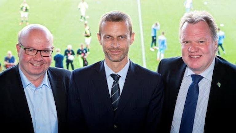 Karl-Erik Nilsson, t.h, tillsammans med Jesper Möller, Danmark t.v, och Aleksander Čeferin, mitten.