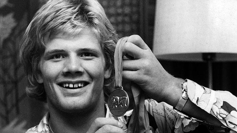 Frank Andersson i hemmet 13:e augusti 1973 där han visar upp sin guldmedalj som han nyligen vann vid junior-VM i brottning grekisk-romersk stil.