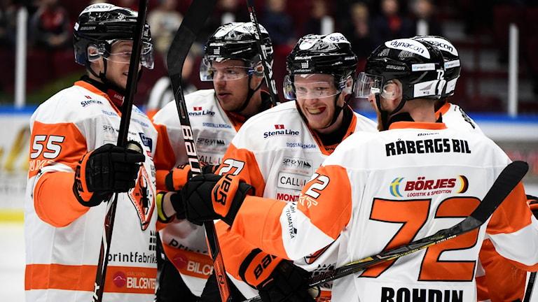 Karlskronas Henrik Nilsson gör 0-1 under onsdagens ishockeymatch i SHL mellan Malmö Redhawks och Karlskrona HK på Malmö Arena