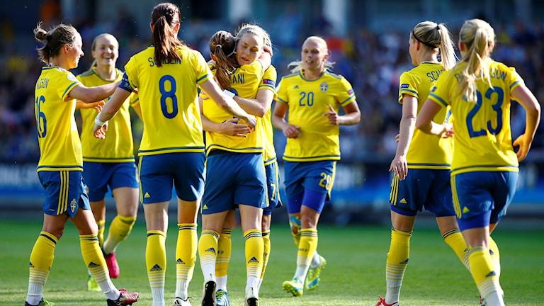 Sveriges Kosovare Asllani klappas om efter 2-0.