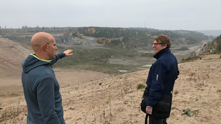 På plats i Hamra intervjuar Roger Burman intervjuar Johan Falkunger, Stockholms skidförbund. Foto: Andreas Lundin/SR