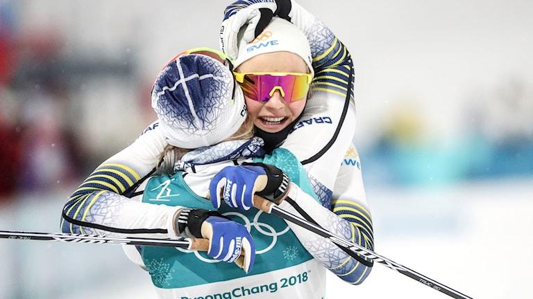 Stina Nilsson kramas om av Anna Haag efter sitt OS-guld.