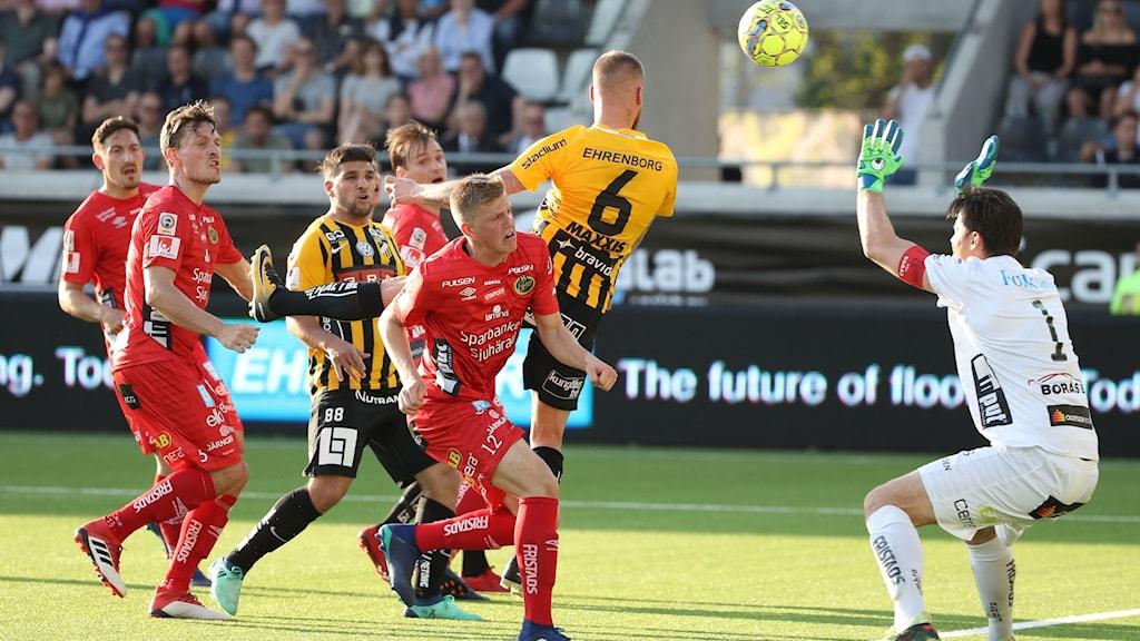 20180514 Häckens Alexander Faltsetas nickar in 2-0-målet under måndagens allsvenska fotbollsmatch mellan BK Häcken och IF Elfsborg på Bravida Arena. Foto Adam Ihse / TT