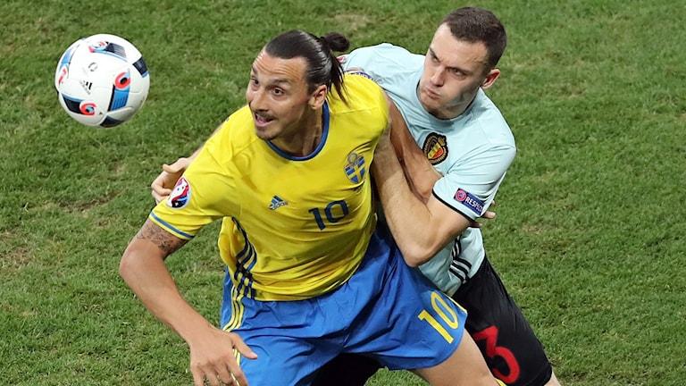 Zlatan Ibrahimovic mot Belgiens Thomas Vermaelen.