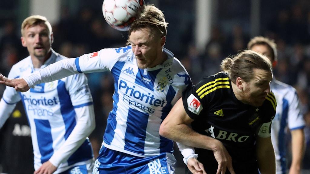 IFK Göteborgs Scott Jamieson (t.v.) och AIK:s Nils-Eric Johansson.