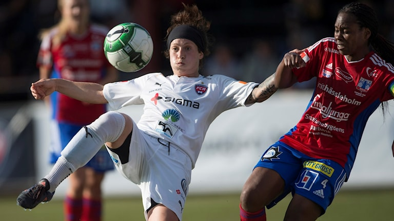 Rosengårds fotbollsspelare Ella Masar McLeod med bollen under en damallsvensk match.