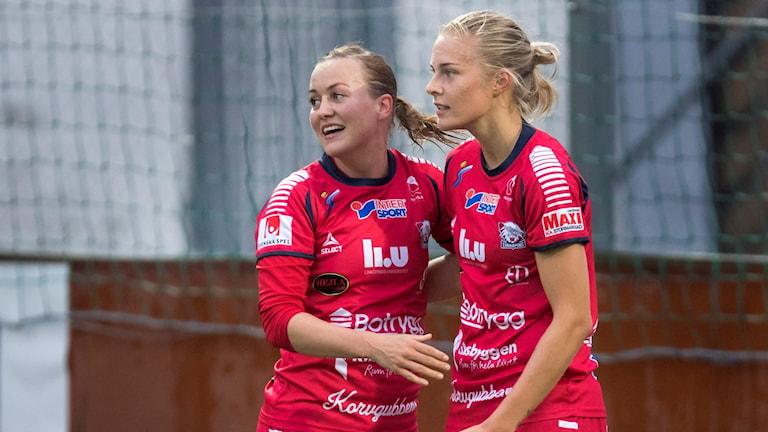 Linköpings Kristine Minde kramas om av Lina Hurtig.