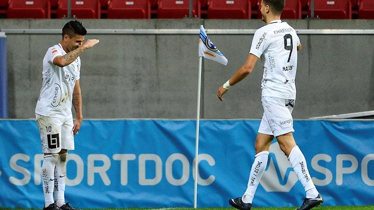Häckens  Paulinho Paulo José de Oliviera har gjort 2-1 till sitt lag under torsdagens fotbollsmatch i allsvenskan mellan Kalmar FF och BK Häcken på Guldfågeln Arena. Han  gratuleras av Alexander Jeremejeff