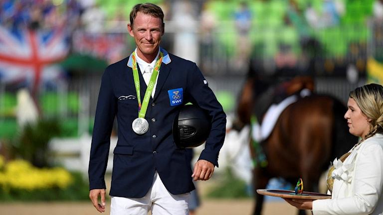 RIO DE JANEIRO 2016-08-19 Sveriges Peder Fredricson tar emot silvret efter en felfri ritt i omhoppningen på hästen All In i finalen på Olympic Equestrian Centre under OS i Rio de Janeiro.