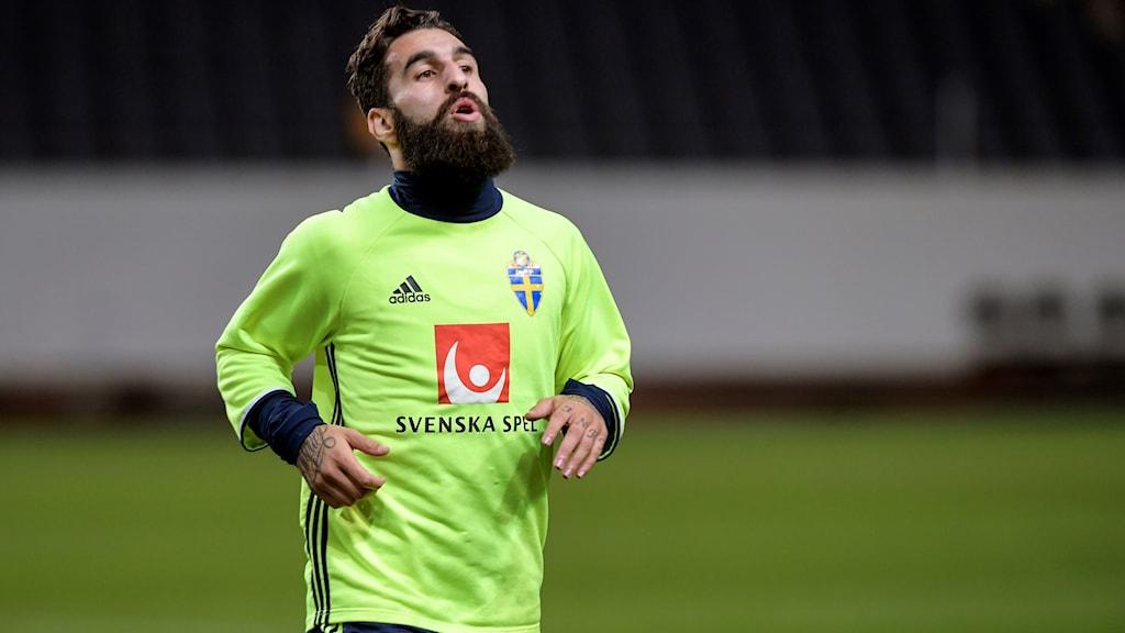 Jimmy Durmaz i aktion under det första träningspasset inför fredagens viktiga VM-playoff mot Italien